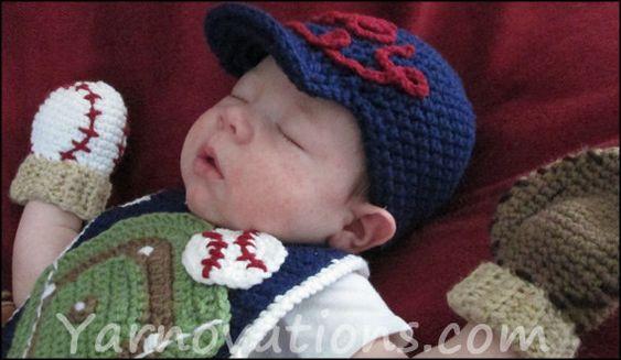 Gorra de béisbol, manoplas y babero | 29 Cosas increíblemente geniales que puedes tejer para un bebé