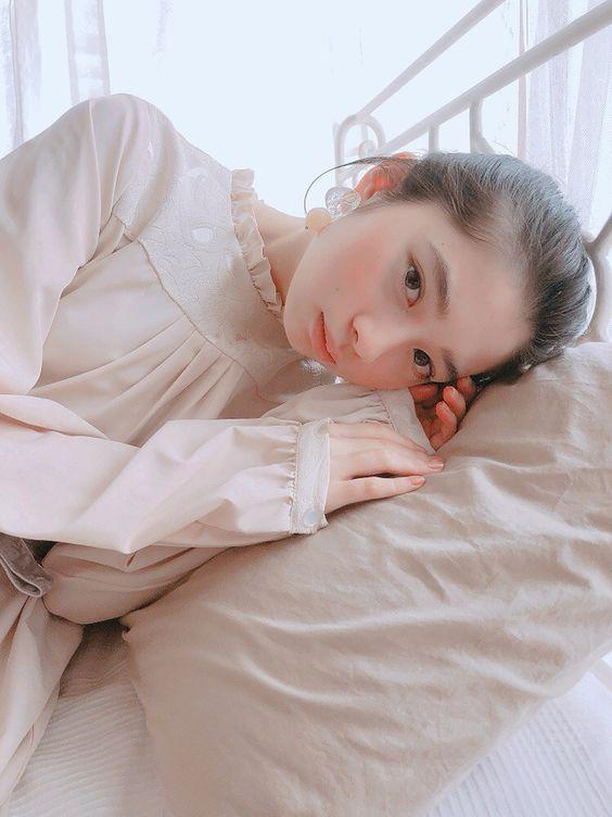 ベッドに寝そべる桜田ひより
