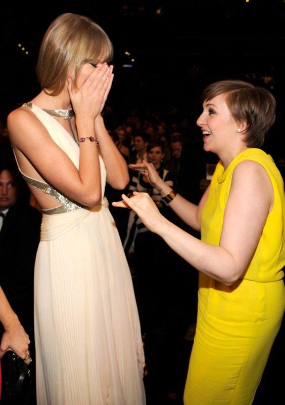 Pin for Later: Billboard ernennt Taylor Swift zur Frau des Jahres!  Ganz erfreut war sie, Lena Dunham bei den Grammys im Februar 2013 zu sehen.