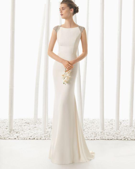 Vestido de noiva de crepe com trabalhado em brilhantes. Coleção 2016 Rosa Clará