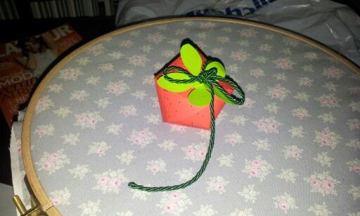 Preciosa fresa de papel rellena de lacasitos. Ideal para regalar en cumpleaños