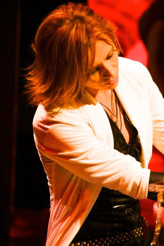 白いジャケットを着てステージに立っているXJAPAN・YOSHIKIの画像