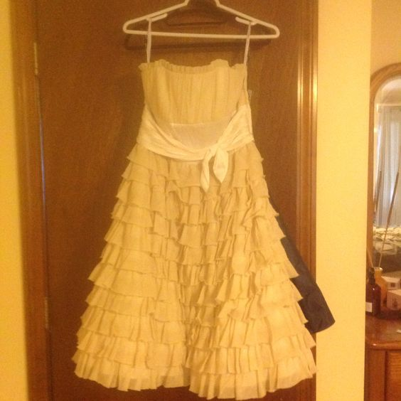 Betsy Johnson sample dress with tags size 6  color bisque  full lined and boned with removable straps