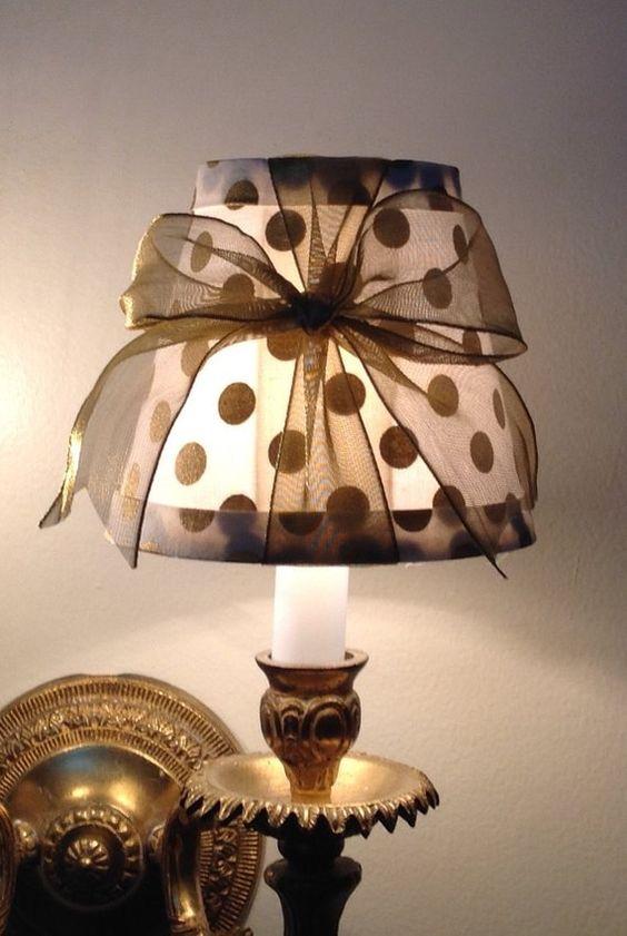 Beau lustre lampe ombre réalisé avec un merveilleux blanc et or dot tissu surmonté d'un joli noeud en or pur. Cette nuance peut être faite dans n'importe quelle quantité et peut également être faite dans l'ombre de taille différente ou même différents forme ombre. Cet abat-jour mesure 3