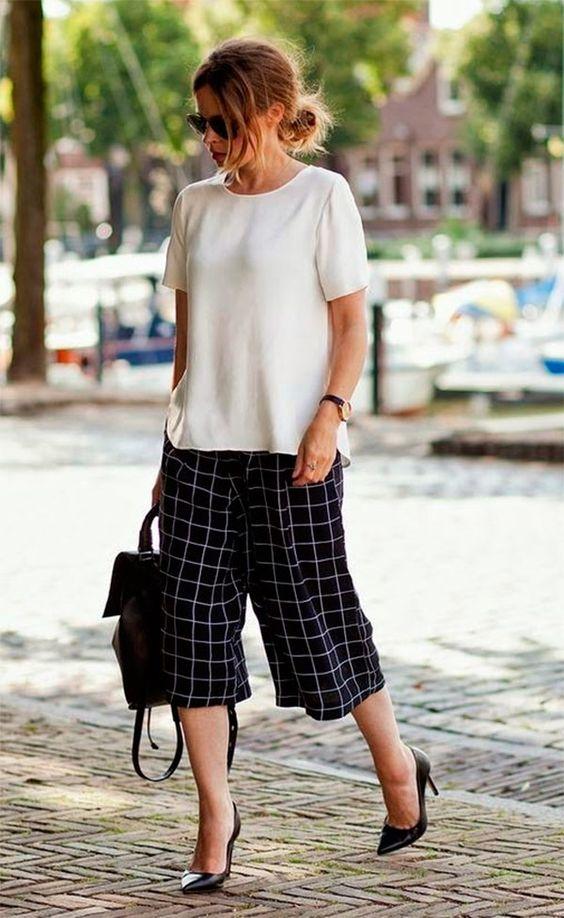 Algodao com linho ou viscose com linho. Na cor bege ou cru.   Street style look com calça culotte xadrez.