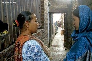 Caridad Paramundayil explica la labor de las adoratrices con las víctimas de la trata  MIGUEL ÁNGEL MALAVIA. Fotos: MANOS UNIDAS   Caridad Paramundayil es una mujer apasionada y todoterreno que, frente a lo que pueda parecer por esta definición, se expresa con una cierta timidez fruto de su humildad. Nacida en 1948 en el Estado de Kerala –donde se concentra buena parte de la minoría cristiana de la India–, lleva 46 años consagrada como religiosa adoratriz. Si hay algo de lo que se siente ...
