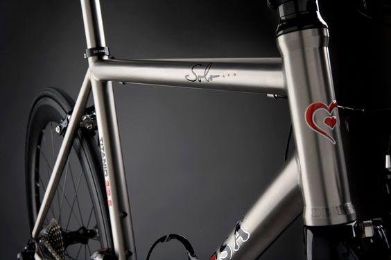 Cicli De Rosa Le misure prese minuziosamente, l'abilità nel saldare, la precisione dei dettagli.  SOLO... #Titanio #BlackLabel