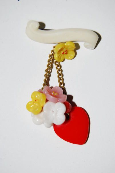 Rarität: Wunderschöne Brosche aus den 50gern.    Die Blumen und das Herz sind aus Glas.        Sie ist toperhalten!