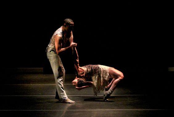 """O Teatro Sérgio Cardoso recebe a Companhia Maurício de Oliveira & Siameses, que apresenta a coreografia Jardim Noturno, parte do projeto Teatro de Dança, da Secretaria de Estado da Cultura. As exibições acontecem nos próximos finais de semana, dias 4, 5, 11 e 12, às 19h. Os ingressos custam R$ 15. O espetáculo, dirigido pelo...<br /><a class=""""more-link"""" href=""""https://catracalivre.com.br/geral/agenda/barato/espetaculo-de-danca-e-inspirado-no-florescimento-das-plantas/"""">Continue lendo »</a>"""