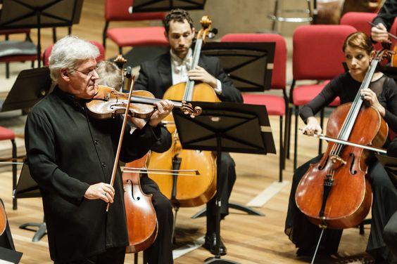 Pinchas Zukerman, célebre violinista, em performance ao lado da Orquestra Sinfônica Brasileira - OSB. Foto: Cicero Rodrigues