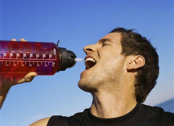Cómo elegir una bebida con electrolitos | eHow en Español