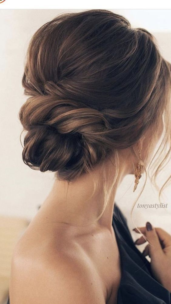 So Neat And Simple Low Bun Wedding Hairstyle For Minimalist Brides The Twist Looks So Cute And Ele Classy Updo Hairstyles Hair Styles Summer Wedding Hairstyles