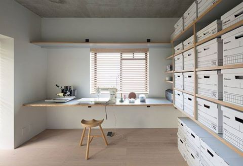 日本建築師 芦沢啓治 的公寓改裝作品。 在預算有限的情況下,善用壁紙、既有市場雜貨箱做收納,把顏色和材質控制在不繁複的狀況下,就能呈現日式簡約的美感。 via 芦沢啓治建築設計事務所