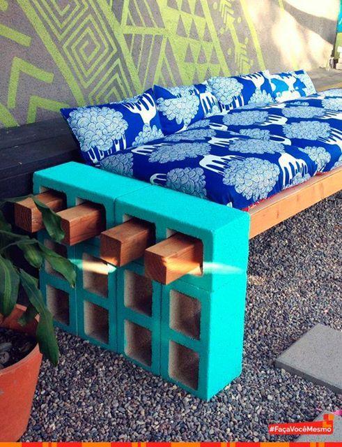 Tijolos de concretos e madeira usados como base para sofá para a área externa. #Inspiração na #decoração: