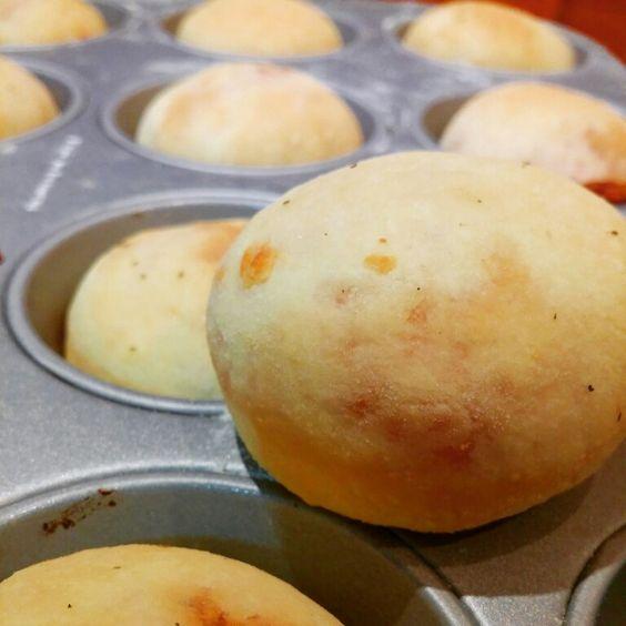 Semplicemente pizza in versione muffin.  Il bello di questi muffin è che potete farli grandi o piccoli come più preferite.  Perfetti per un buffet o compleanno Vi consiglio appena prima di infornarli di spennellarli con abbondante salsa di pomodoro precedentemente condita con olio - sale - origano, sono dieci volte più buoni.  Io non ho potuto farlo perché fra i piccoli ospiti avevo un bimbo intollerante al pomodoro, ma voi fatelo.  Il procedimento è con il bimby ovviamente potete…