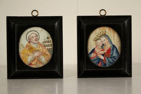 In tessuto ricamato,con inserzioni di filo metallico. Sono rappresentati la Madonna con il Bambino e un Santo Vescovo. In cornici coeve con vetro.
