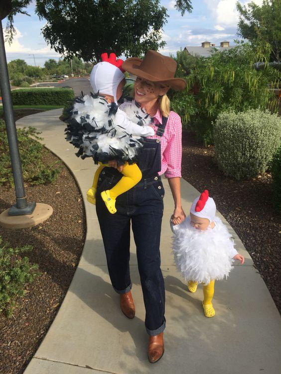 Disfran granjera con niños disfrazados de gallina