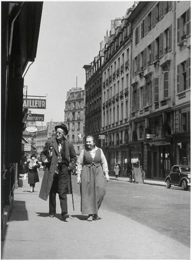 Gisele Freund || James Joyce et Adrienne Monnier dans la rue de l'Odéon, Paris L'Odéon, Paris