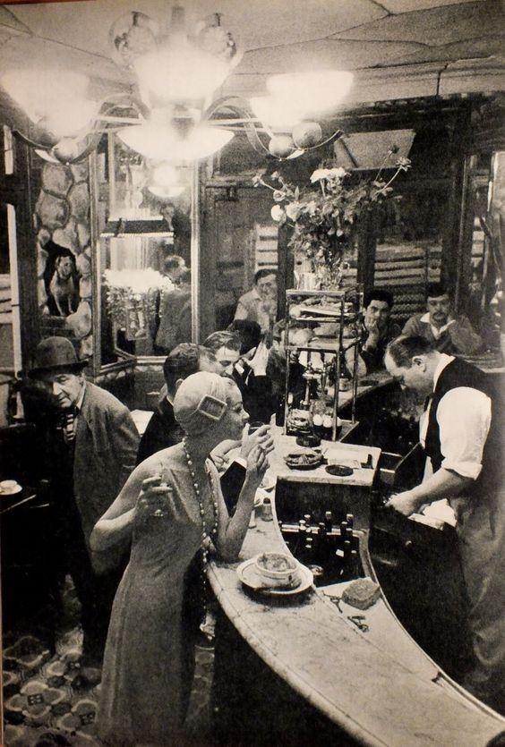 """Frank Horvat réalisée dans le restaurant """"Le Chien qui fume"""", du quartier des Halles à Paris 1957"""