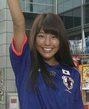 サッカーのユニフォーム姿の岡副麻希の美人でかわいい画像