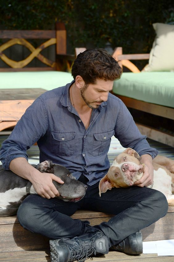 Remember Shane from #TheWalkingDead? Meet his pit bulls! He's the spokesperson for the #majorityProject - meet Jon Bernthal and learn more at http://petsweekly.com/en/all-about-dogs/92-news/1124-the-majority-project-helps-dispel-breed-myths