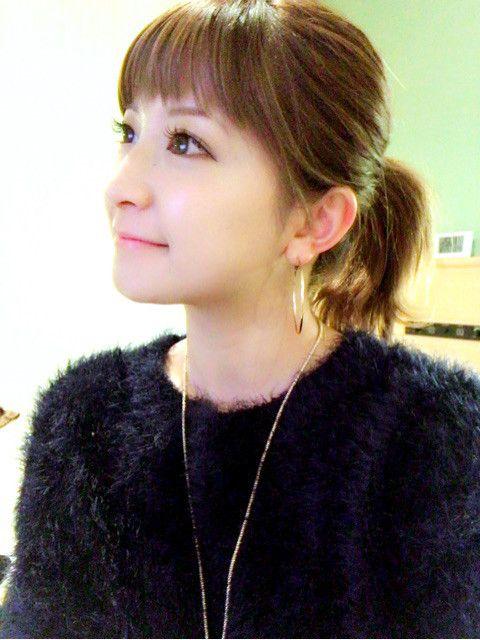 黒いニットを着てまとめ髪スタイルの矢口真里のかわいい画像