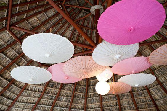 No sólo para tapar el sol sirven las sombrillas    Photography by abritandablonde.com, Event Planning by liquidweddings.com