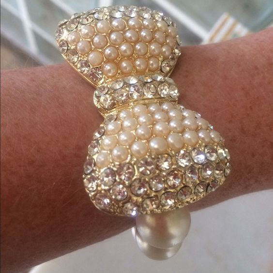 ⭐️Large faux diamonds bow bracelet sparkle pearls Boxes are available upon request Big blingy bow stretch bracelet over 2 inches across, excellent condition.  Very feminine.  Lower prices with bundle.  Ask me how to get reduced shipping Jewelry Bracelets