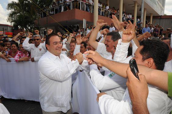 El mandatario veracruzano saludó a todos los asistentes a la Conmemoración del 205 Aniversario del Natalicio de Benito Juárez.