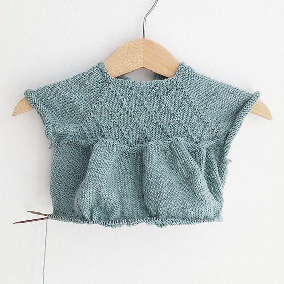 Mens lillemor sover i ute i vogna, strikker jeg videre på #littlemarys ☺ #littleedithsknit