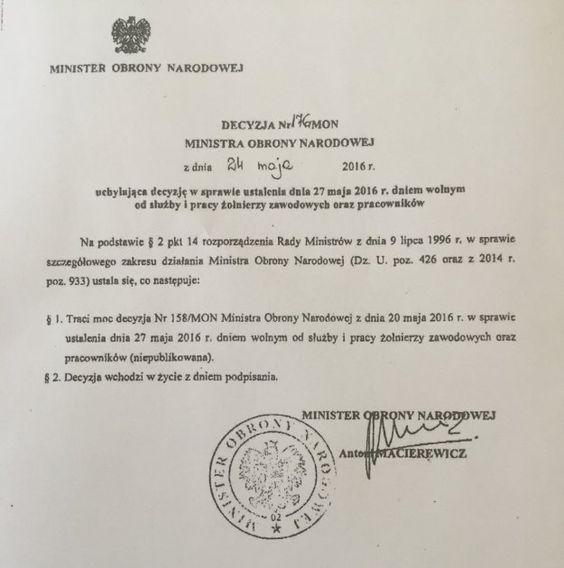 """Macierewicz 24 maja informuje, że traci moc wydana przez niego cztery dni wcześnie decyzja ws. ustalenia dnia 27 maja 2016 r. dniem wolnym od służby i pracy żołnierzy zawodowych oraz pracowników MON http://sowa-magazyn.blogspot.de/2016/05/na-hipokryte-fraszka-z-of-moralia-aj.html Rzecznik MON Bartłomiej Misiewicz dodał, że decyzja z 20 maja została uchylona jeszcze tego samego dnia - jak stwierdził, została ona przekreślona """"pięć minut po podpisaniu"""":"""