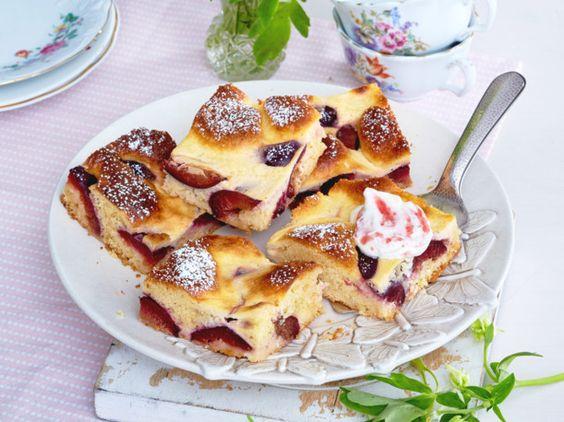 Unser beliebtes Rezept für Zwetschgenkuchen vom Blech mit Rahm-Guss und mehr als 55.000 weitere kostenlose Rezepte auf LECKER.de.