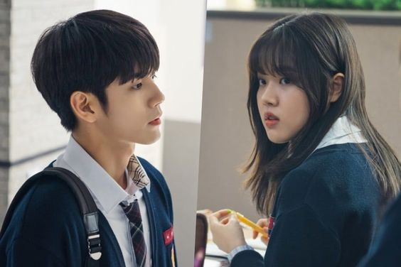 "Ong Seong Wu Nervously Transfers To Kim Hyang Gi's School In ""Moments Of 18"""