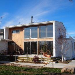 群馬県邑楽町・土間リビングの家|A houseの部屋 大きな窓・白い壁・無垢板でアクセント