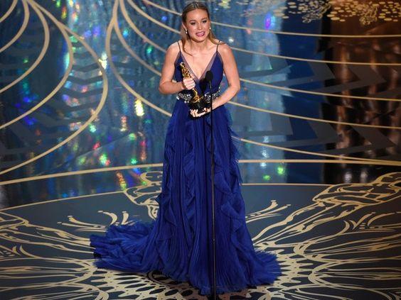 Brie Larson recebe o Oscar de melhor atriz por 'O quarto de Jack' (Foto: Chris Pizzello/Invision/AP):