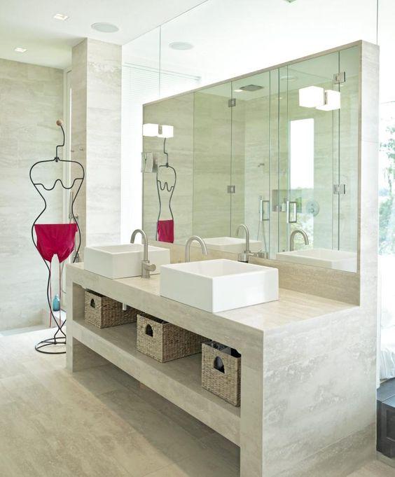Badet er kledd med travertin romano på både gulv, vegger og ...