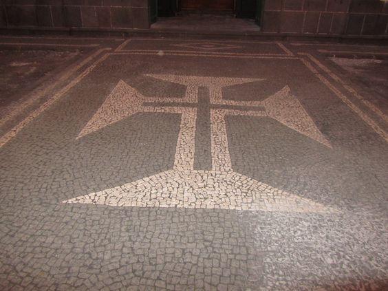 A Calçada Portuguesa é utilizada no calcetamento das áreas pedonais, em parques, praças, pátios e espaços - JLprivados.