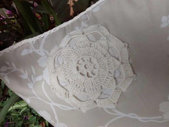 Almofada floralcom aplicação crochet