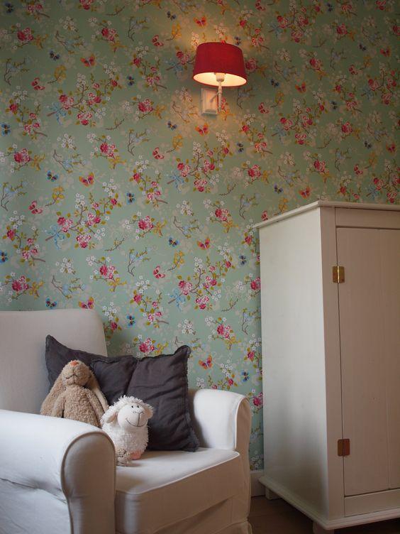 Inrichting meisjeskamer met hoge nok en behang pip studio irma woonprojecten baby 39 s - Kamer bebe pastel ...