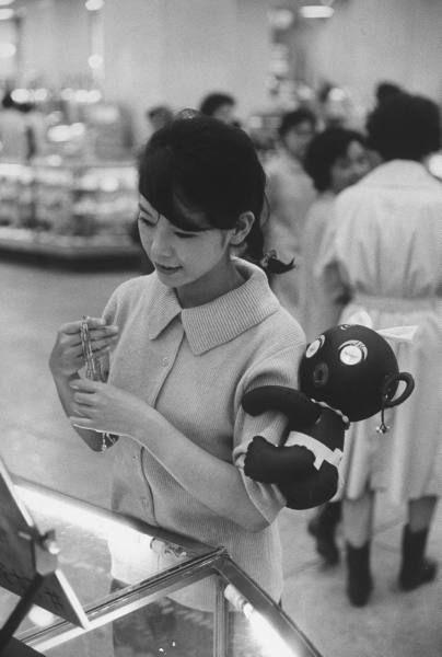 Japanese girl w. 'dakkochan' doll on her arm (Tokyo, 1960)