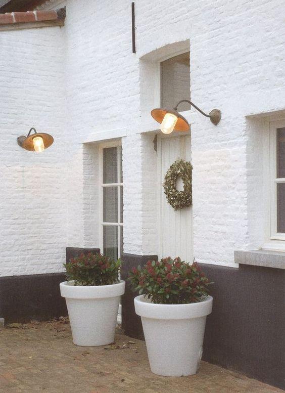 maison en briques peinte en blanc sous bassement gris. Black Bedroom Furniture Sets. Home Design Ideas