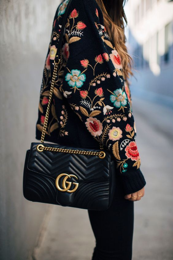 Look preto com casaco bordado com várias cores: