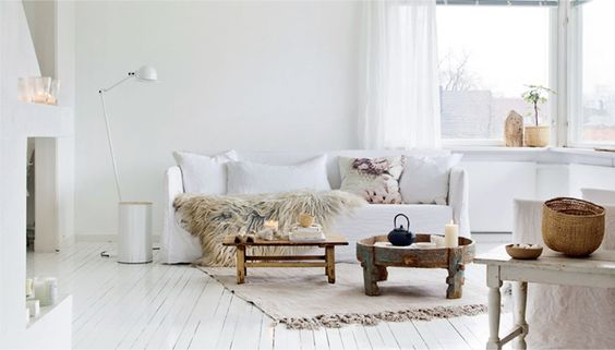 Los muebles de madera natural evocan el verano y un estado de ánimo muy dulce y Mediterráneo.