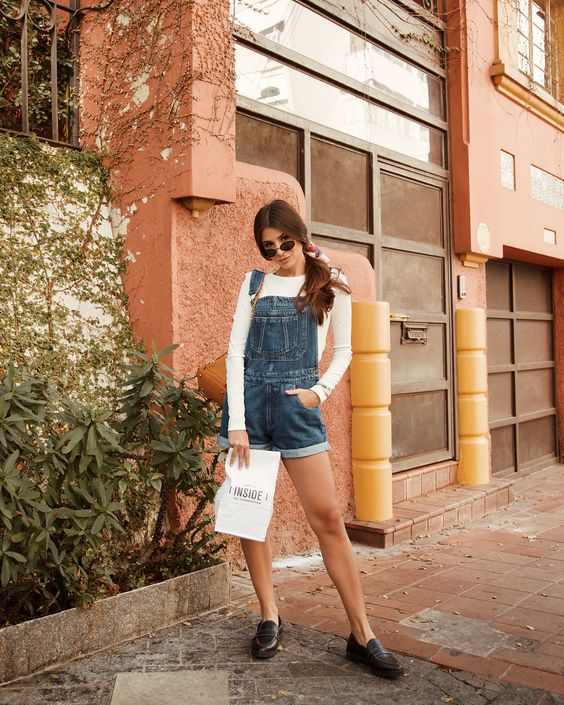 Jardineira Jeans + blusa branca + Mocassim preto + Lenço no cabelo. Instagram: @Viihrocha  #lookdodia