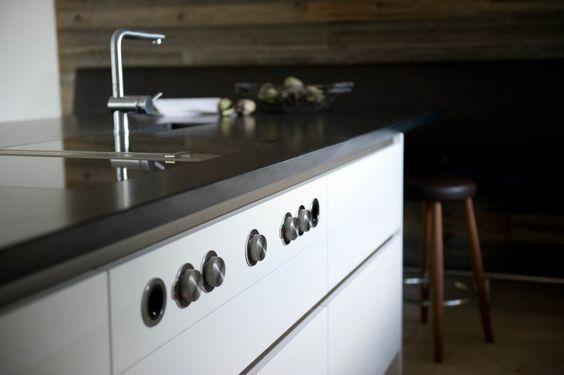 BORA Dunstabzug in edler Hochglanzküche ohne Griffe und in weißer Farbe