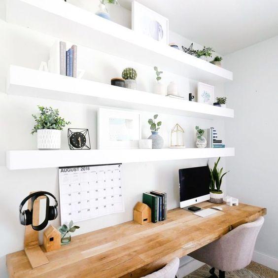O escritório de casa pode ser organizado com objetos de decoração como: livros, apoio para livros, nichos e porta objetos.