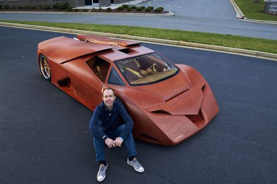 芸術品のような木製スポーツカー  工業デザイナーのジョー・ハーモンさんが10年近くかけて完成させた木製のスポーツカー。外装はもちろん、内装、ハンドル、タイヤのホイールもサクラ材やオーク材、クルミ材などで作られている。