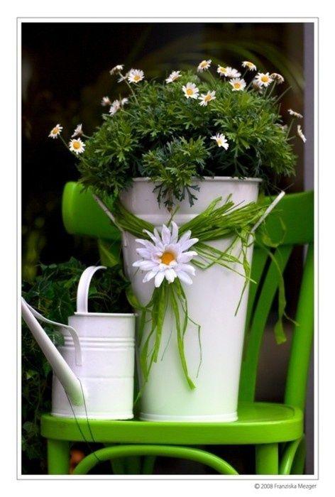 Regadera con florero en lamina pintada:
