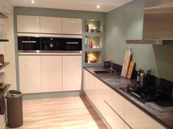 Hoogglans witte keuken met Miele apparatuur en ingebouwde kastenwand. Kleur op de muur is Early Dew van Flexa.