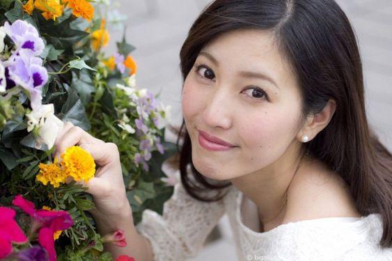 お花を持つ小澤陽子